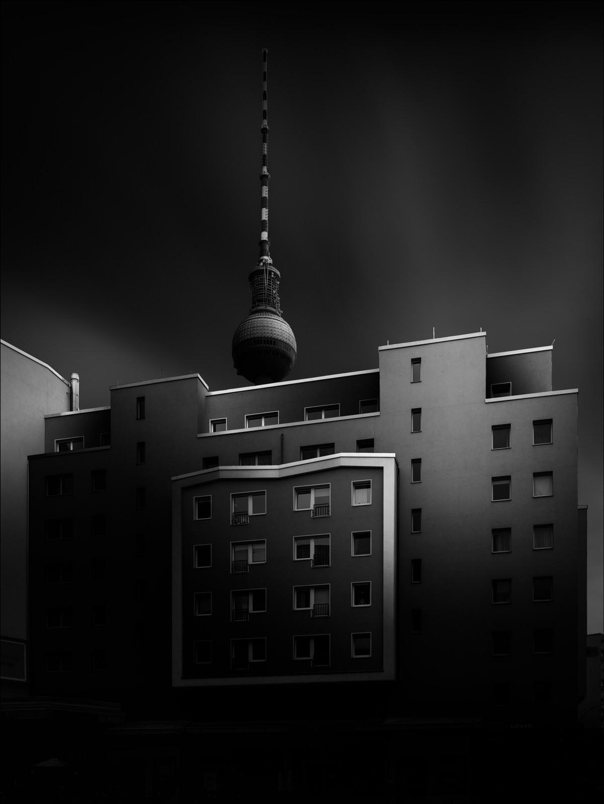 hausfassade mit dem berliner fernsehturm im hintergrund