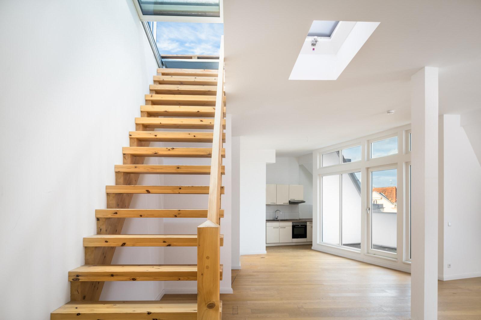moderne dachgeschosswohnung mit treppe zur dachterrasse in berlin