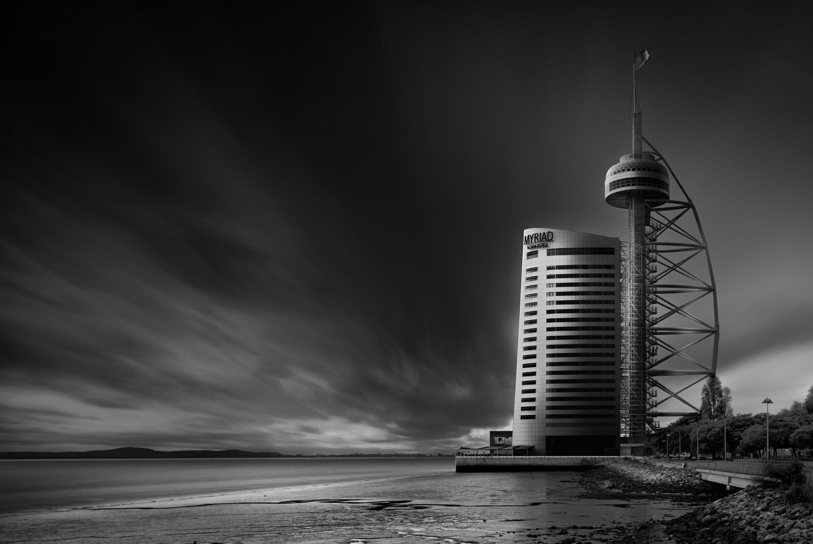 myriad hotel in lissabon mit blick auf den strand und verschwommene wolken in fine art schwarz weiss