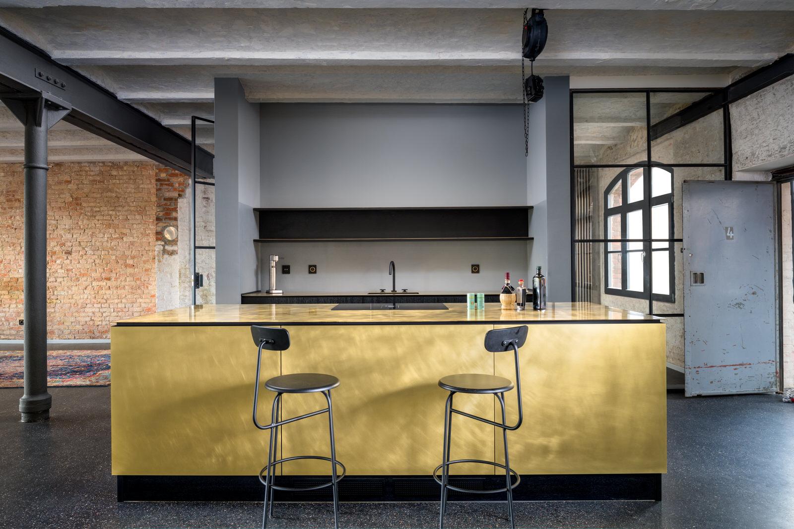 moderne Küche mit Kücheninsel in einer Loft in Berlin