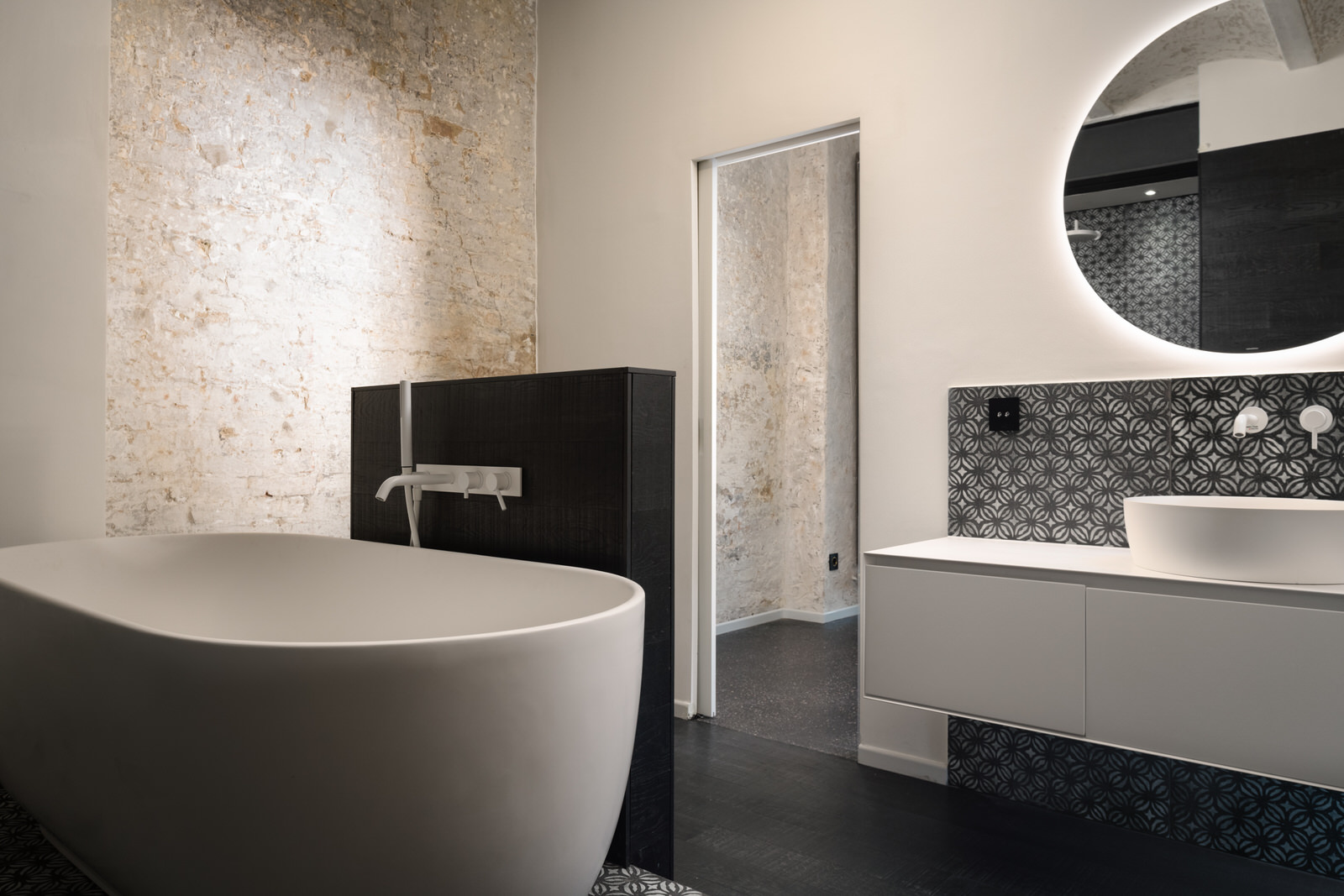 Badezimmer mit Badewanne in einer Loft