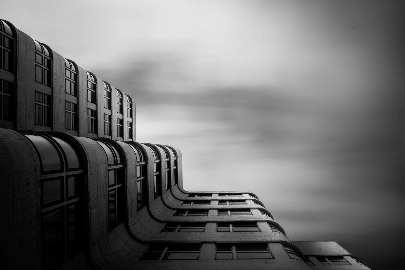 Shell Haus Berlin als fine art Bild in schwarz weiss