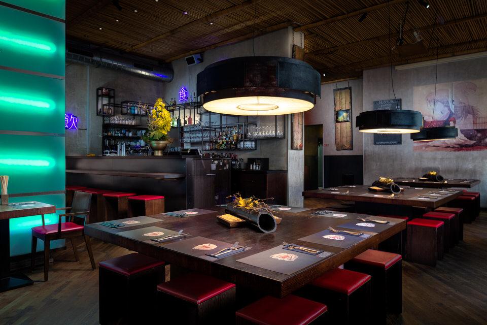 gemuetliches asiatisches restaurant mit tischen und einer bar